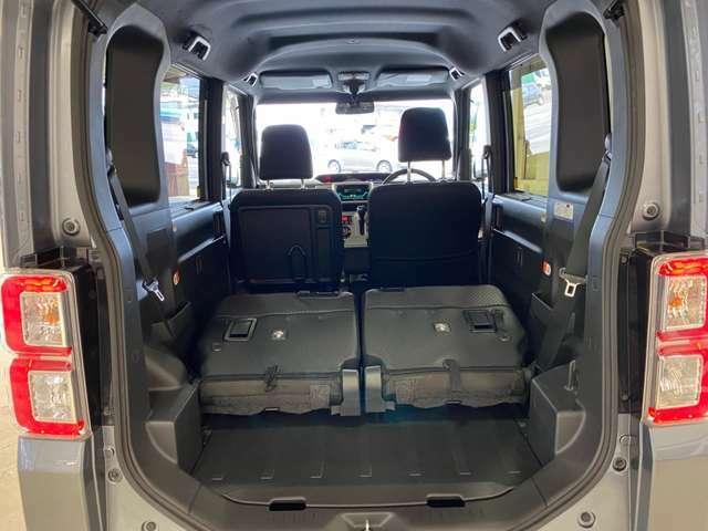 大容量ラゲージアンダートランク☆クーラーボックスなどの大きな荷物も積み込むことができます。また、デッキボードの裏に設置されている脚を立てることでアンダートランクの高さを自在に変化させることができます。