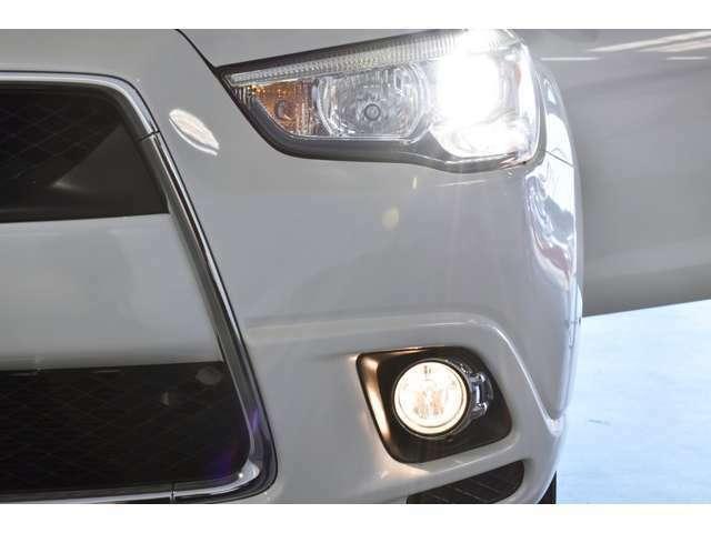 ディスチャージ(HID)ヘッドライト/ハロゲンフォグランプ/オートライトコントロール機能/ウィンカー内蔵(LED)電動格納ドアミラー(リモコンキー連動)