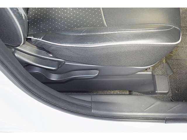 体形に合わせて調整可能なシートハイトアジャスター(運転席)・シートベルトショルダーアンカー(運転席・助手席)機構付き