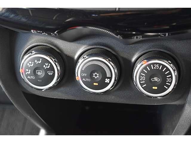 車内はいつも快適に♪ダイアル式フルオートエアコン(クリーンエアフィルター付)/アイドリングストップ機構付き
