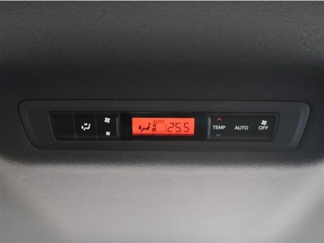 後部座席から、エアコンの設定が出来ます。もちろん運転席のパネルからも操作可能です。前後で温度を分けることもできますよ!