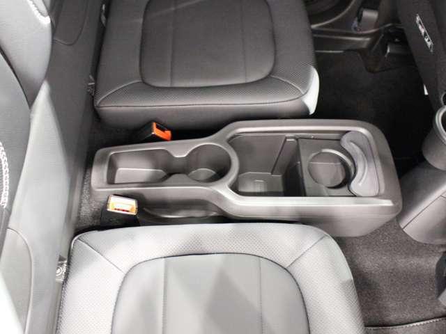 後部座席にも便利なドリンクホルダー付きです。