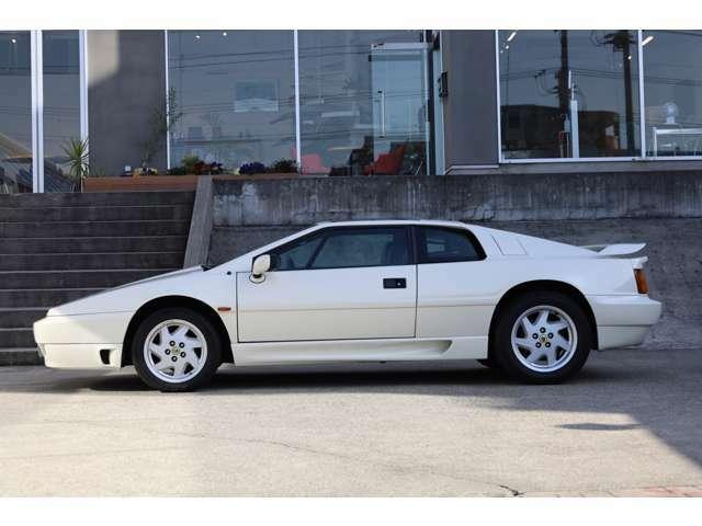 ジウジアーロデザインの流れを引き継ぐニューシェイプと呼ばれるボディデザインはスポーツカーらしさを醸し出します。