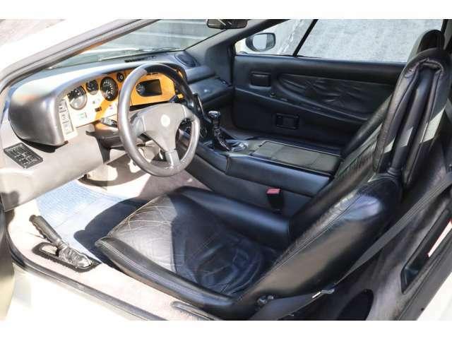英国車らしいレザーとウッドが使い分かられた上品かつスポーティーなインテリアはロータスエスプリの魅力と言えます。