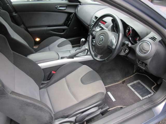 運転席は広々としており窮屈感等のストレスを感じることなく運転することが出来ます♪シートリフターも装備されておりますので自分の目線に合わせた高さに調整が可能です♪