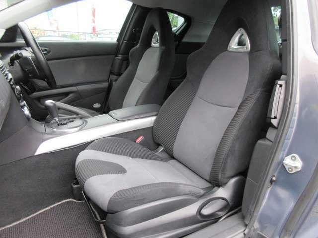運転席と助手席のシートには目立つ擦れやキズ等もなくキレイな状態です♪シートのクッション性も良く座り心地も良好です♪スポーツシートになっているのでホールド感も◎です♪