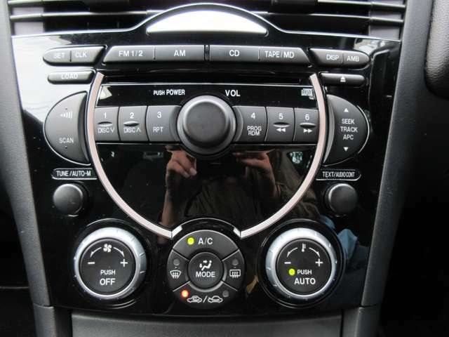 デザイン性に優れたインパネ♪目立つ傷やひび割れなどもありません♪オーディオはBOSEサウンド♪エアコンはオートエアコンですのでお好みの温度を設定すれば自動で車内の温度を調整してくれます♪