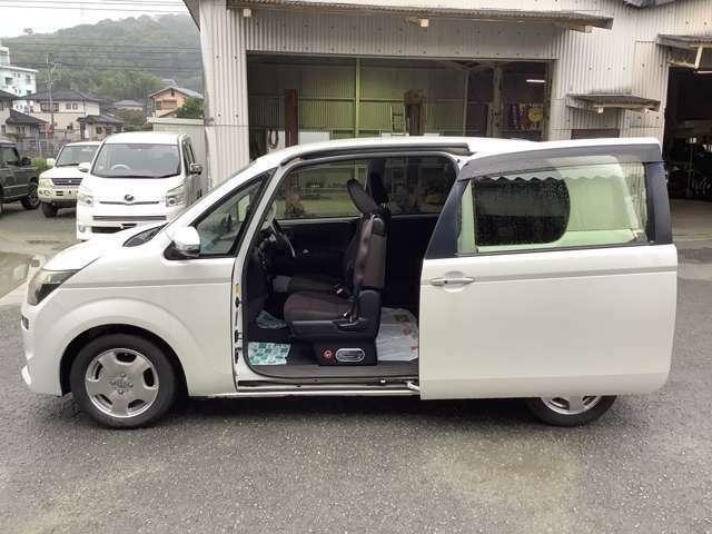 スライドドアは、通常のドアに比べて、車のボディに平行に開閉するので、開けてもスペースをとりません!狭いスペースでも乗り降り楽々です!
