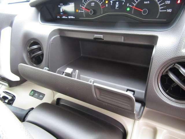 運転席前には小物を収納できるスペースがございます♪