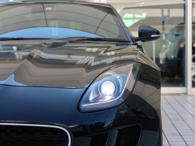 ●前方を走る車のルームミラーに映った時に一目でJAGUARと判るインパクトのあるデザイン。また、ヘッドライトのJブレードから後方にまで流れる彫刻的なデザインがジャガーの魅力です!●