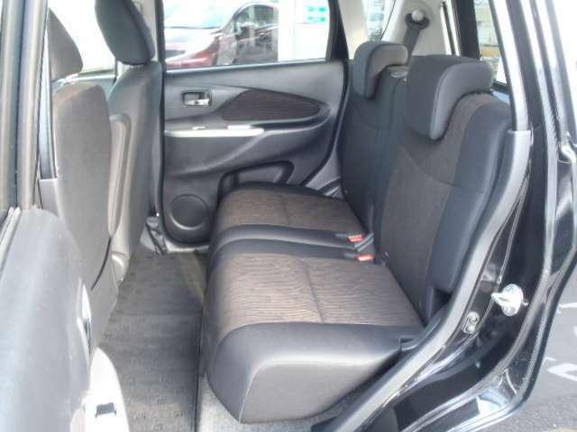 リヤシートは軽自動車とは思えないぐらい広く、開放的な室内空間です!