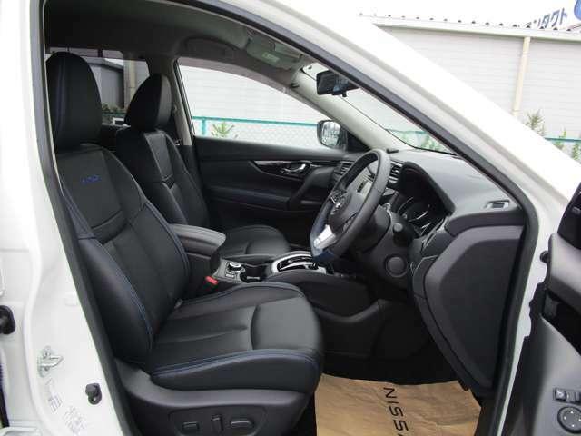 本革シート。前席はパワーシートです。また、全席シートヒーターがついています。