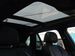 ●パノラマミックガラスルーフ:大迫力のパノラマルーフは、後部座席にまで続いており、開放的な空間をお楽しみいただけます。