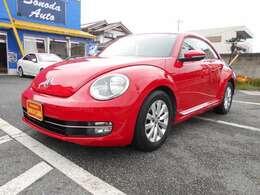 VWのスタンダードカラーともいえる人気のトルネードレッド!どんな年代の方にも似合ってしまう不思議なカラーです!リアはスモークフィルム施工済!内装・外装大変綺麗です!