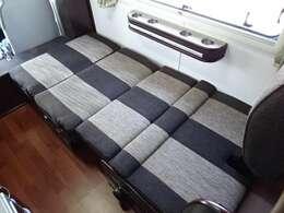対面ダイネットはベッド展開可能!大人の方が1名様就寝いただけます。ベッド寸法190×95センチ☆