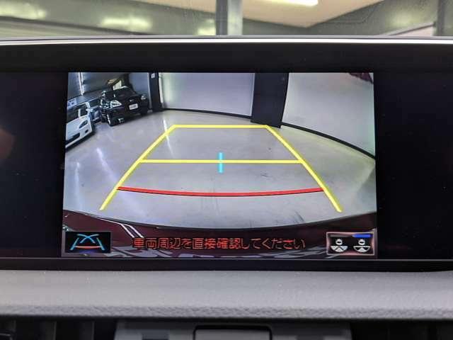 バックカメラ!ギアがリバースに入ると連動して表示されます。カラーモニターで見やすいです!