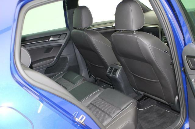 リヤシートももちろんレザーシート!ニーススペースもしっかり備えています。