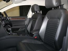 人間工学に基ずく設計が、長時間運転でも疲れにくいフロントシート。低反発スポンジの様なシート素材を採用。