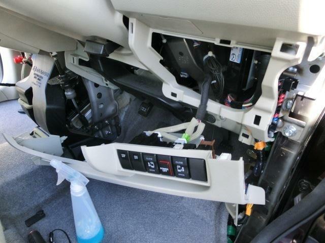 フロント周りもパネルを外して内部の汚れを拭いていきます