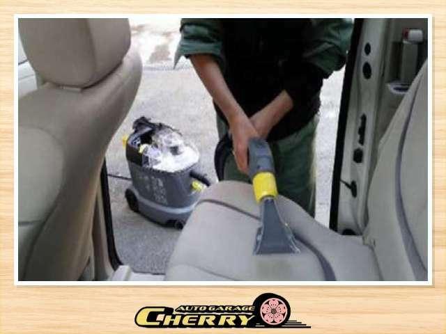 ケルヒャーのスチームクリーナーで車内のシート・トランクの中・タイヤのホイール・車内細い箇所や溝など徹底的に洗浄しております!!