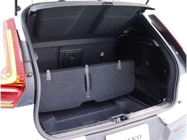 かさばった荷物や背の高い荷物を運ぶときには、折りたたみ可能なリムーバブル・ラゲッジフロアが役に立つはずです。さらに広いスペースが必要なら、リアシートのシートバックを倒すこともできます。