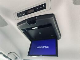 【 フリップダウンモニター 】天井にはフリップダウンモニターも装備!!!お子様と長時間のドライブを楽しんで頂けます!!!