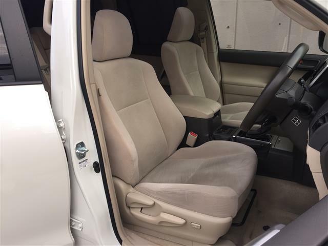【車内】SUVならではの居住性を活かした乗り心地!足元も広々としています☆大人数でのお出かけも会話が弾みますね♪