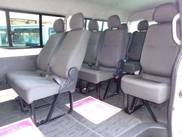 4列シート10人乗りの広い車内!大勢でのお出かけや乗り合いでのお仕事に大活躍ですね!室内大きなダメージは感じられずに程度良好!全席シートベルト装備で同乗者も安心です!