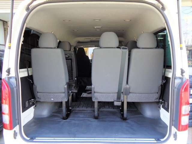 10名乗車でも荷物スペースがあるのも魅力ですね!物をたくさん詰まれる場合は簡単な工具で後部座席を取り外せます!乗車定員の変更登録なども可能ですので別途お気軽にご相談ください!