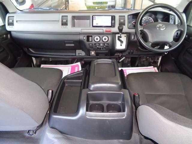 クリーニング済みの綺麗な運転席!ワイドボディーならではのゆったり空間!内装も綺麗で気持ち良くお乗り頂けます!Wエアバッグ・ABS・キーレス・イモビライザー・Wエアコンと快適装備!