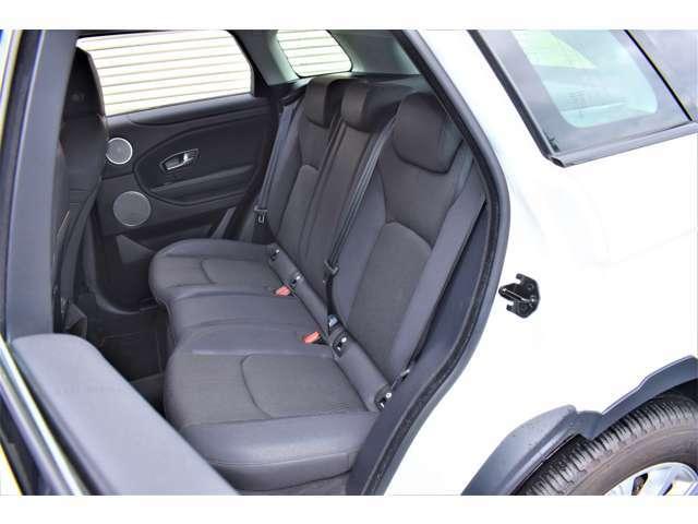 リアシートはとくに使用感も少なく、本車両のコンディションの良さを雄弁に物語ります。