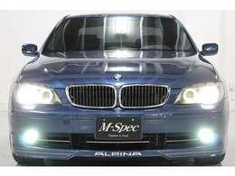 アルピナに華美な装飾は施されていません。外装は控えめなエアロに専用アルミ。ボディ側面に専用ストライプを施すのみ。しかし、いざ車を走らせればアルピナが至極のドライバーズカーである事を思い知ります。