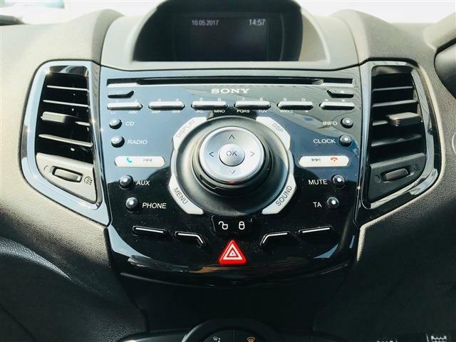SONY DAB Radio/CDはFORD SYNC with AppLink 搭載で、スマホ等のタブレットをBluetoothペアリングすればダウンロードしたお好みの音楽をカンタンにお愉しみ頂けます!12V電源・USB/AUXジャックも備わっています!