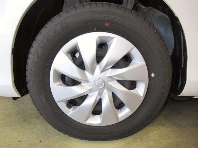 クルマを買うと、維持費が気になります。タイヤ交換だけでも痛い出費です。そこで当店はタイヤの残量にも厳しい基準を設けております。まだまだ走行可能なタイヤの残量でございますので、ご安心ください。