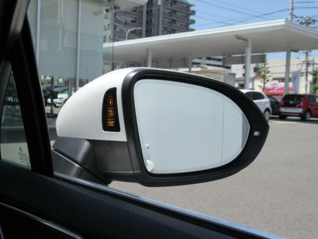 (ブラインドスポットディテクション)後方死角検知機能付です。15kmh以上で作動し、追い越してきた車両など死角に潜む危険を察知しドアミラーに内蔵されたランプで注意を促してくれます。