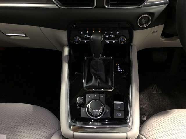 ☆コマンダーコントロールは、ドライバーがドライビングポジションを取ったとき、腕を自然に下ろした位置に設置されており、手元を見なくても画面操作することができます。☆