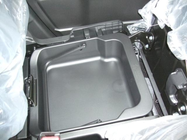 人気の秘密がココに有ります。助手席下収納BOX♪取り外しも可能♪隠し収納として便利です。