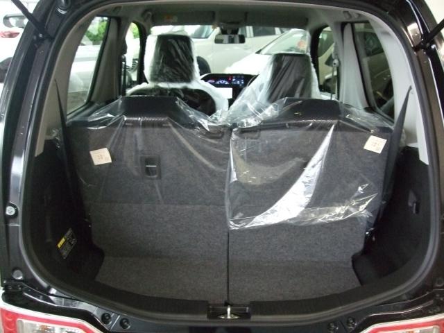 横幅と奥行きを確保したトランクスペース。後席シートには5:5分割の可倒式を採用。操作はもちろんワンタッチ。荷物の用途に合わせたシートアレンジが可能です!!