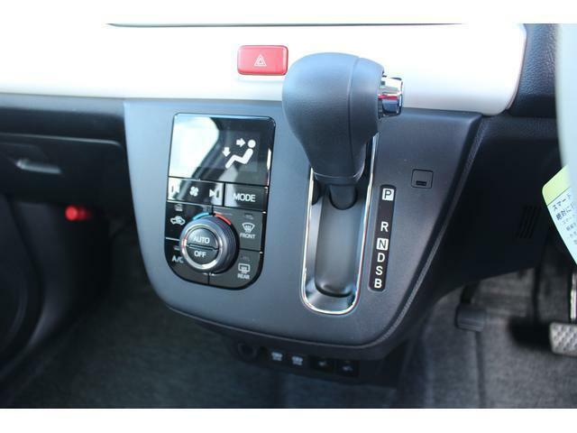 快適装備のオートエアコン♪ 温度設定をすれば、自動で車内の温度管理をしてくれる優れ物です!