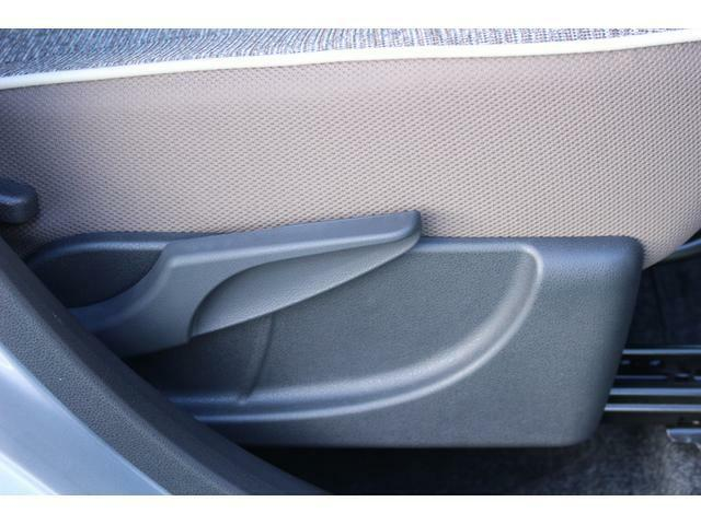 運転席は、座面の高さが調整できるシートリフター付きです☆小柄な方や、視界をより確保したい場合に役立ちます♪