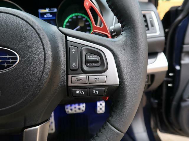 【レーダークルーズコントロール】ミリ波レーダーなどからの情報により先行車を認識。設定車速内で車間距離を保ちながら追従走行します。希望の車速で定速走行ができるクルーズコントロールへの切り替えも可能です