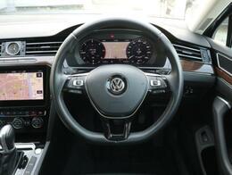 3スポークレザーステアリングにはデジタルメーターの設定や追従機能付きクルーズコントロールの操作ボタンが装備されています。走行中、ハンドルから手を離すことなく安全に操作出来ます。