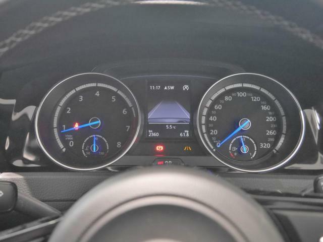 ブルーの指針が印象的なスピードメーター。フルカラーマルチファンクションインジケーターには燃費や航続可能距離、ラップタイマーなど様々な情報を映し出します。