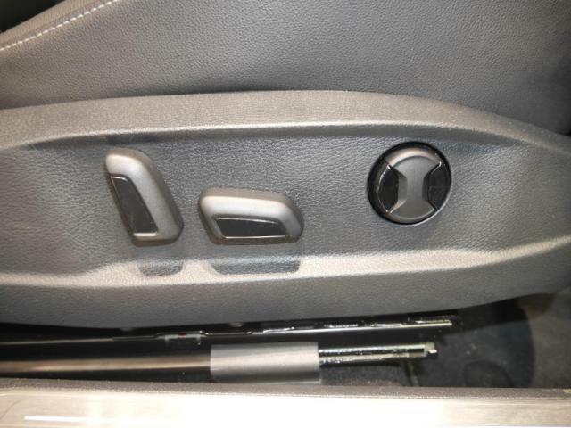 運転席は、パワーシートになっております。リクライニングの前後アジャスト上下アジャストに加え、腰部分の調整できるランバーサポートも電動になっております。シートポジションも2つまでメモリー可能です。