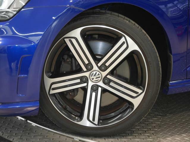新品タイヤ装着。サイズ 22540R18 Volkswagen純正アルミホイール。