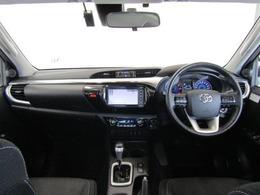 ドアを開ければピックアップのイメージを覆す、デザイン性と機能性。ドリンクホルダーや各種スイッチ類など、ドライバーが操作・確認できるよう気配りされた運転席廻りです。