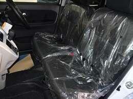 フロントシートです。シートの真ん中にあるひじ掛けの中に小物を入れるスペースがあります!
