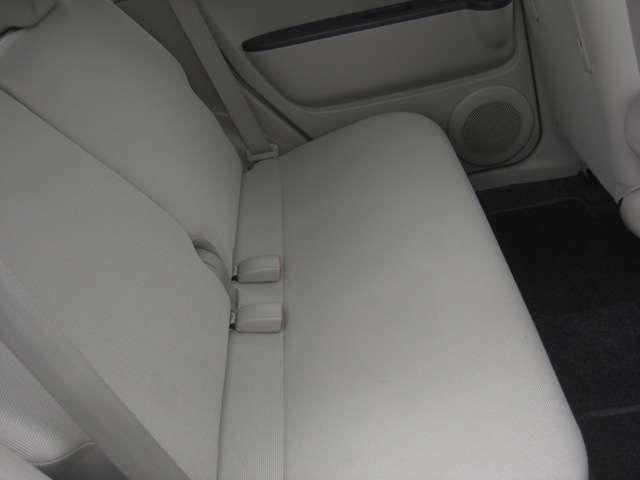 リアシートです♪リクライニングもしますので長距離ドライブでも安心です。荷物の多い時はリアシートを倒してください♪