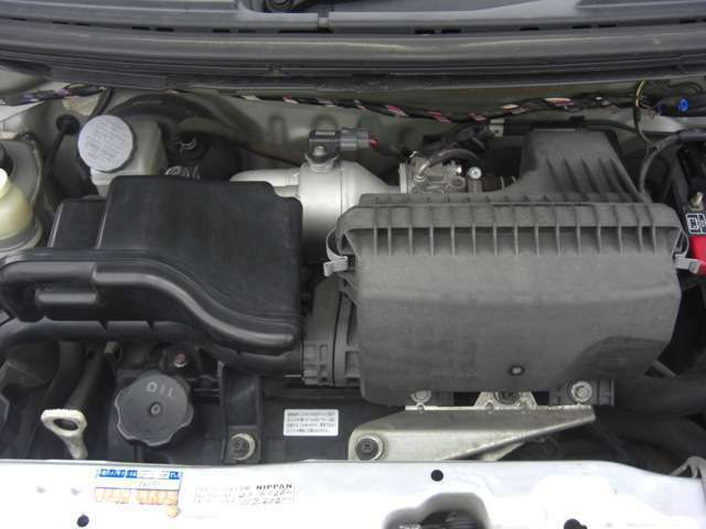 エンジンルームきれいです♪左手前の見える円形はフィラーキップでここを開けてエンジンオイルを入れます。その左に見える白いツマミがオイルのレバルゲージです。引き抜いてオイルの量を確認できます♪