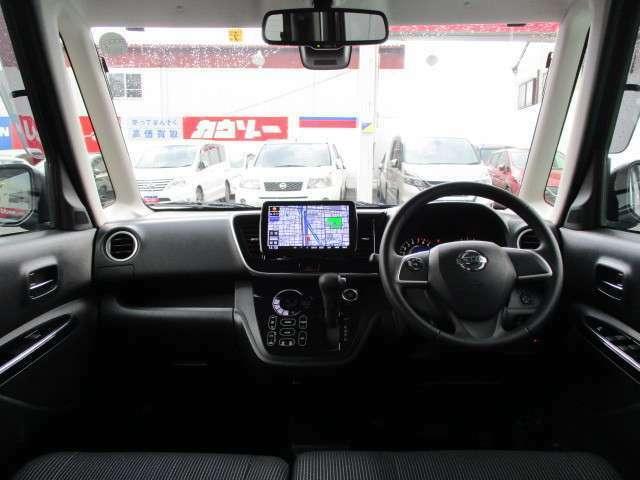 高いルーフと大きなフロントガラスで、明るく、視界の良い運転席周りを実現しております♪